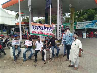 डीजल-पेट्रोल के बढ़ते दामों के खिलाफ कांग्रेसियों ने किया विरोध प्रदर्शन