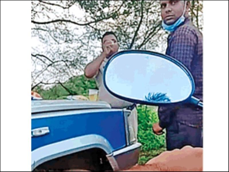 रायपुर में पुलिस वाहन पर बॉटल रख शराब पीते पकड़ाए पुलिसकर्मी, वायरल हुआ VIDEO
