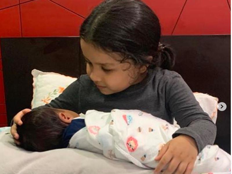 साक्षी धोनी ने शेयर बेटी संग न्यूबॉर्न बेबी की तस्वीर, सोशल मीडिया में लोग लगाने लगे ऐसे कयास