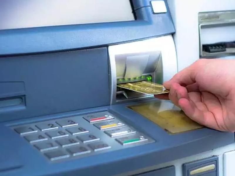 ATM से नहीं निकले पैसे और खाते में कम हो गया बैलेंस, अब क्या होगा, जानें क्या कहते हैं RBI के नियम