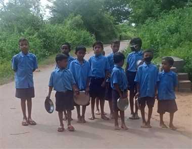Student Issue In Jagdalpur: भोजन के बाद बर्तन धोने आधा किमी दूर जा रहे स्कूली बच्चे