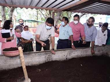 Cow Dung Purchase In Dhamtari: गोबर खरीदी में ढिलाई देने पर नोडल अधिकारियों को नोटिस जारी