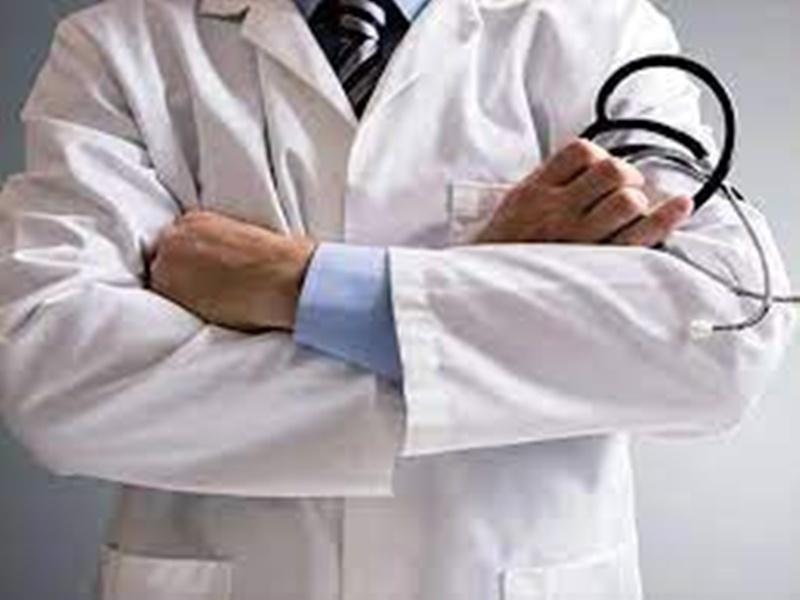 शासकीय अस्पताल में दिन-रात सेवाएं दे रहे डाक्टर