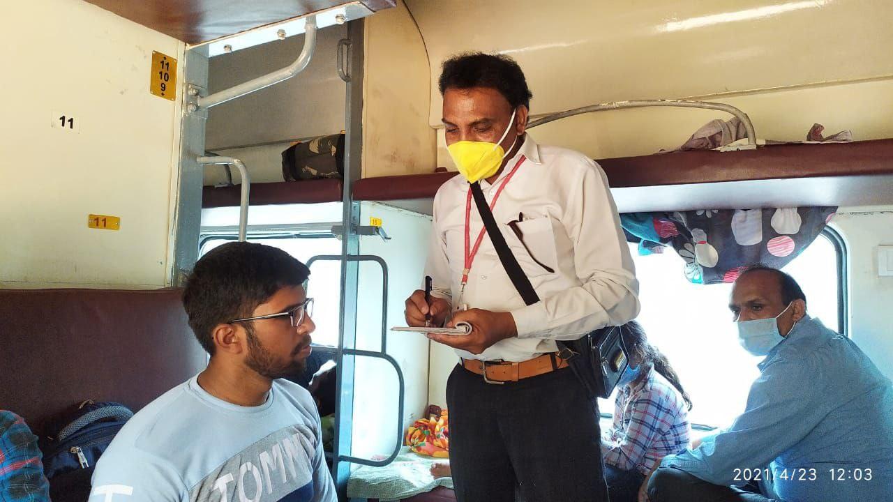 Jabalpur Railway News: मास्क ना लगाने वाले 1127 यात्रियों से रेलवे ने वसूला 1,16,550 रूपये का जुर्माना