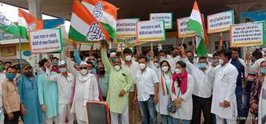 शिवपुरीः बैनर-पोस्टर और नारे लगाकर पैट्रोल पंपों पर कांग्रेस का प्रदर्शन, सरकार को घेरने की कोशिश