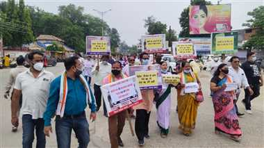 पेट्रोल डीजल के बढ़ते दाम के विरोध में जिला कांग्रेस ने पंप के सामने जताया विरोध