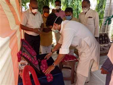 कोरोना महामारी से जान गंवाने वाले भाजपा नेता व समाजसेवियों के घर दुःख जताने पहुंचे सिंधिया