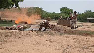 शिवपुरीः गोलियों की बौछार के बीच क्रोलिंग करते हुए पहुंचे दुश्मन चौकी के पास, धावा बोल किया कब्जा