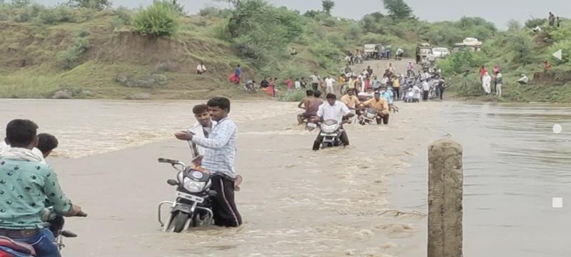 Damoh Weather News: उफनती नदी से जान जोखिम में डालकर निकलते रहे लोग