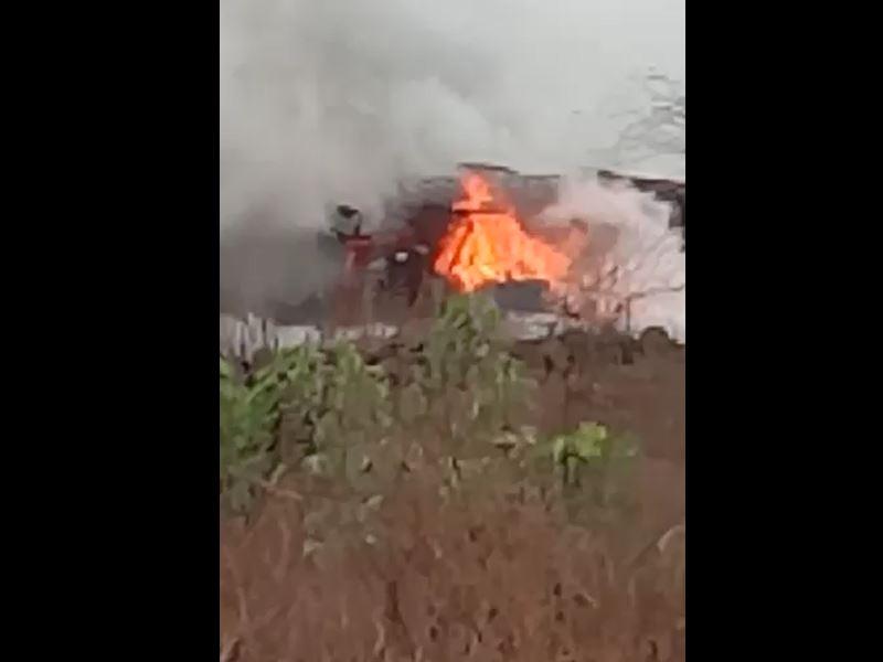 Barwani Accident: बड़वानी में संतुलन बिगडने के बाद पलटा ट्रक, लगी आग