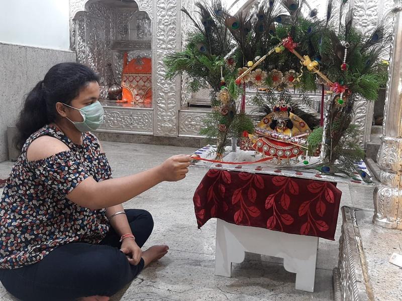 Happy Janmashtami 2020: कोरोना की वजह से दही हांडी लूट नहीं, ऐसे सादगी से मना रहे कृष्ण जन्मोत्सव
