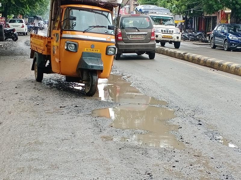 Bilaspur Municipal Corporation News: पाइप बिछाने के बाद सड़क पटाने में लापरवाही, खामियाजा भुगत रहे शहरवासी