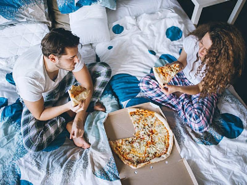 Vastu Tips: बिस्तर में खाना खाने से रुक जाती है तरक्की, इन गंदी आदतों से नाराज होती हैं मां लक्ष्मी