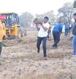 कांग्रेस प्रदेशाध्यक्ष मोहन मरकाम ने खोदी मिट्टी, चलाया एक्सीवेटर