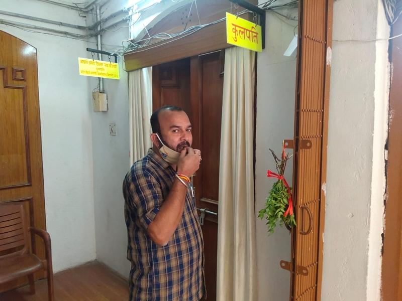 Corona Awareness News: नीम की पत्ती चबाने पर खुलता है अटल विवि बिलासपुर के कुलपति कक्ष का दरवाजा