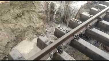 2 अभी ट्रेन ठीक से चली नहीं, पटरी छोड़कर बह गई मिट्टी