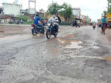 Dhamtari News: सड़क पर जगह-जगह गड्ढे, आवाजाही में लोगों को हो रही परेशानी
