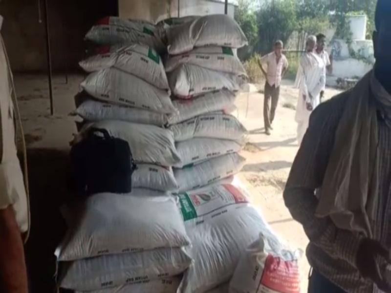 Bhind Fertilizer Crisis News: गाेरमी में पुलिस का खाद गाेदाम पर छापा, 130 बाेरियां मिलीं, 1500 रुपये में बेच रहा था जरूरतमंद किसानाें काे