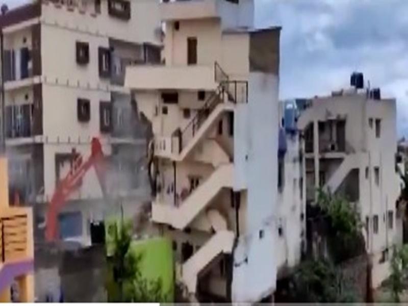 Bengaluru Building Collapse : नगरपालिका ने गिराई बहुमंजिला इमारत, देखिये कैसे सेकेन्ड्स में ध्वस्त हुई ये बिल्डिंग