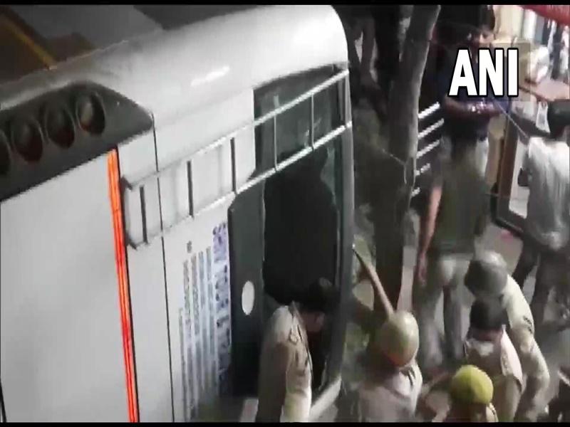 Delhi NCR Accident : गाजियाबाद में यात्रियों से भरी बस फ्लाईओवर से गिरी, एक की मौत, 10 लोग घायल
