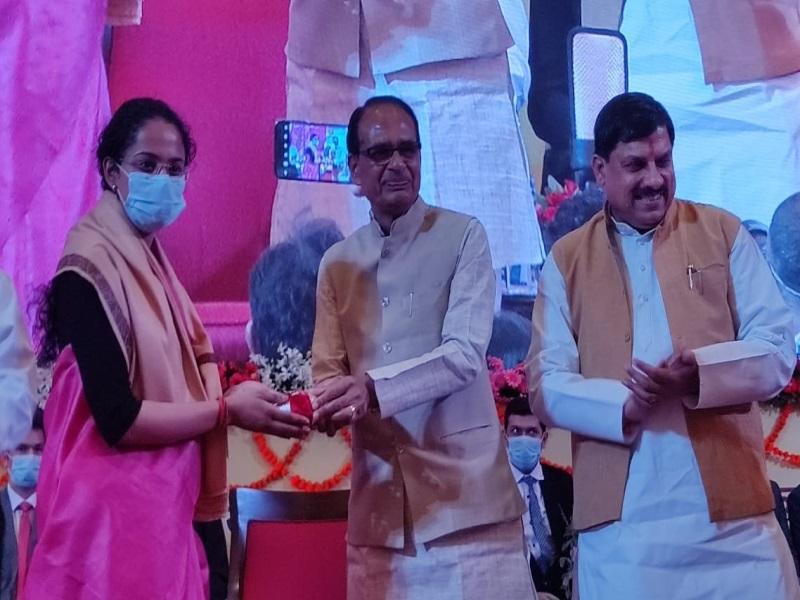 Madhya Pradesh News: यूपीएससी में चयनित युवाओं का CM शिवराज ने किया सम्मान, बोले- प्रदेश की प्रतिभा-संपदा पर गर्व, बताया मामा शब्द का अर्थ