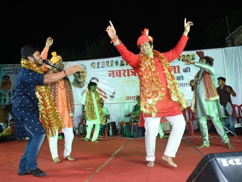 Navratri 2021: रायपुर में विधायक विकास उपाध्याय ने जसगीत में मंडली के साथ मंजीरा बजाकर की माता सेवा