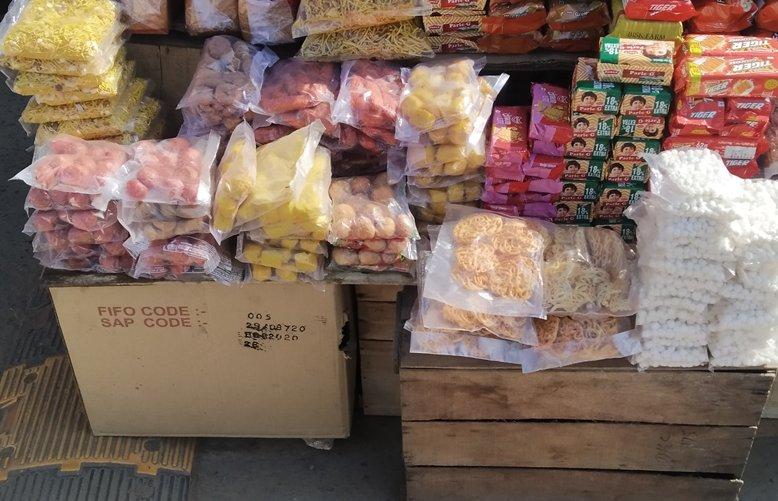दंतेवाड़ा में सड़क के किनारे बिक रहीं झिल्लियों में पैक स्थानीय मिठाइयां