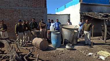 कंजर के डेरे पर छापा मारकर पुलिस ने जब्त की अवैध शराब