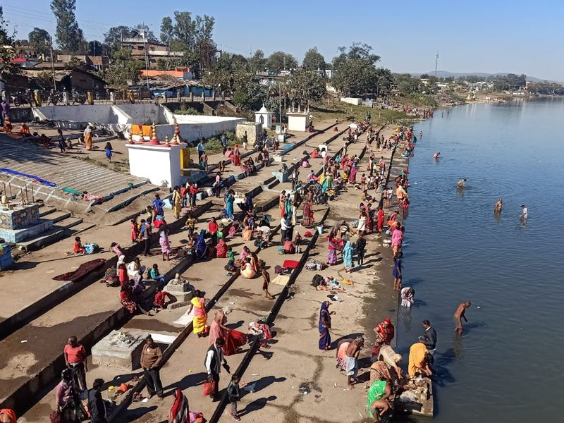 Makar Sankranti 2021: डिंडौरी में नर्मदा नदी में हजारों की संख्या में श्रद्धालुओं ने किया मकर संक्रांति स्नान