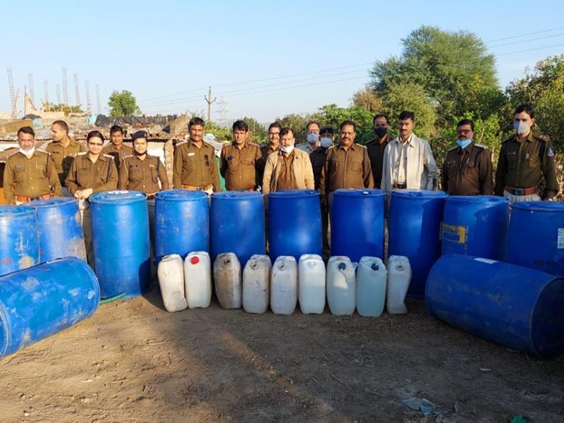 Illegal Liquor Indore: मानपुर में छापामार कार्रवाई में पकड़ी जानलेवा कच्ची शराब, दो पकड़ाए