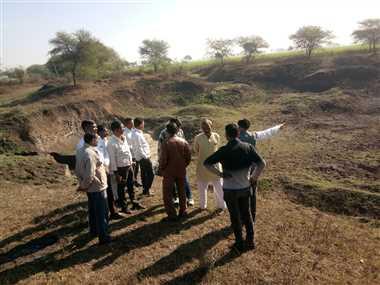 महू : रामपिपलिया तलाई से मुरम-पत्थर निकालने पर ग्रामीण सहमत