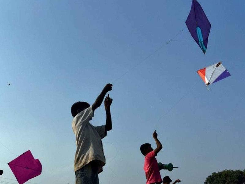 Makar Sankranti 2021: आसमान में उड़ने लगीं पतंगें, मंदिरों में तिल-गुड़, खिचड़ी का अर्पण