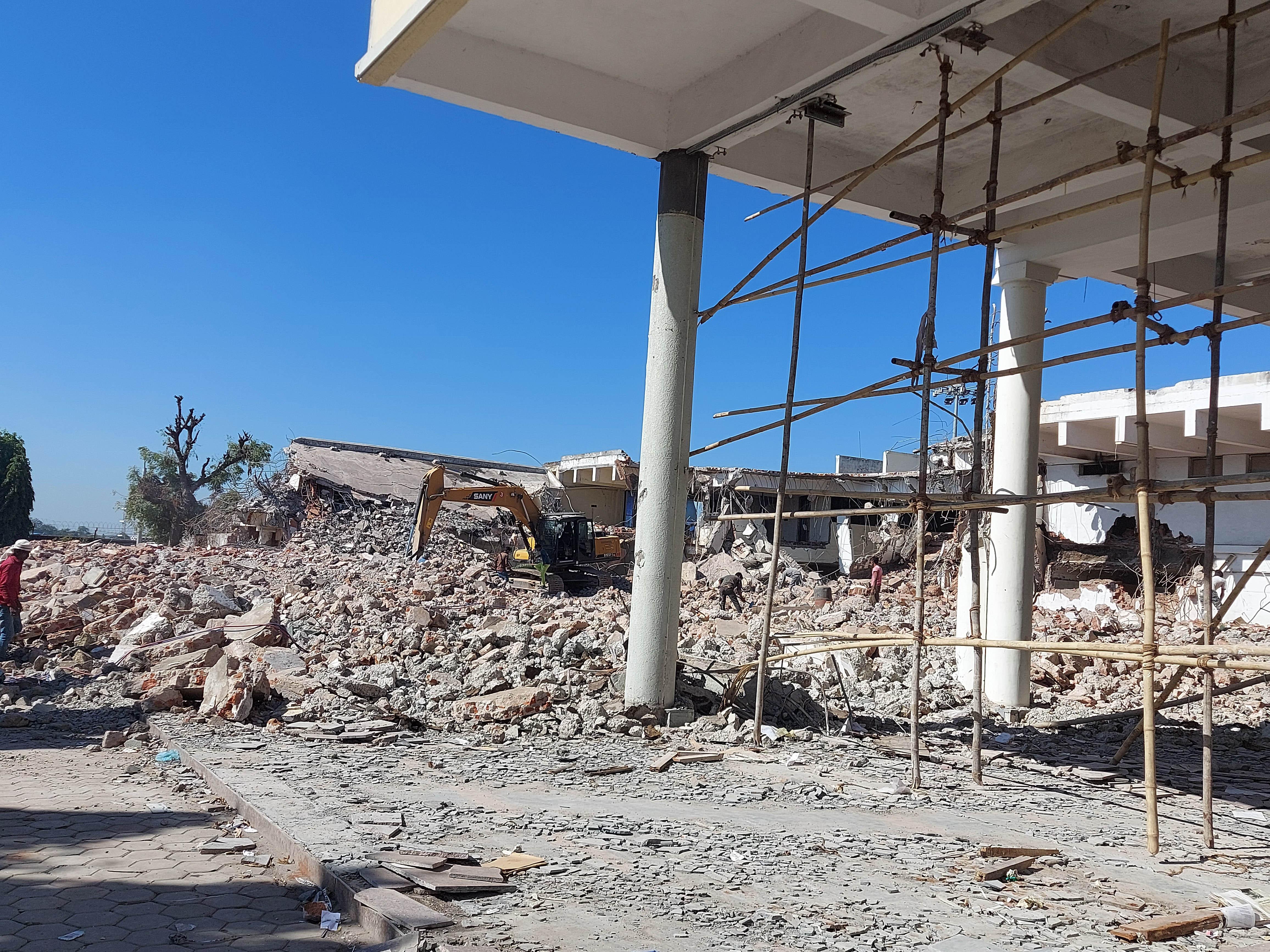 Bhopal News: राजा भोज एयरपोर्ट में पुराने टर्मिनल का आधा हिस्सा तोड़ा, एटीसी भवन नहीं टूटेगा