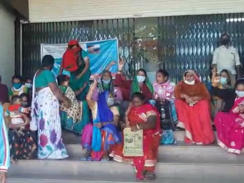 Indore News: पथ विक्रेता स्वरोजगार योजना के ऋण के लिए लोगों ने बैंक में किया हंगामा