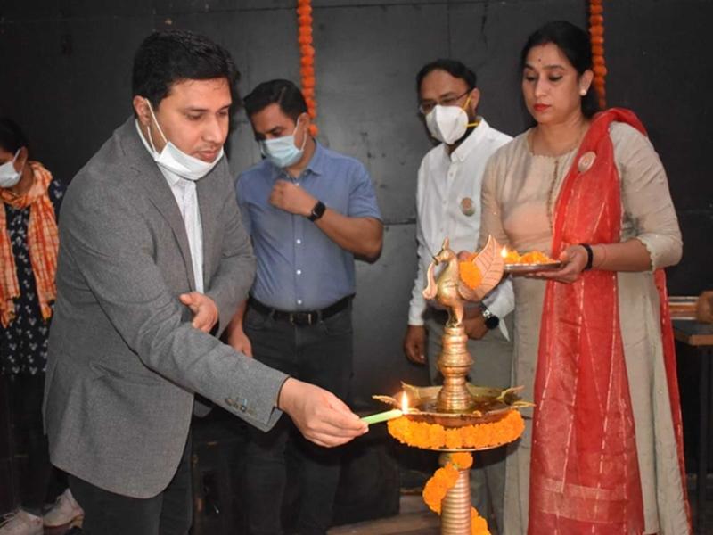 Bilaspur News: स्वामी विवेकानंद जयंती पर कोरबा में सफाई मित्रों के पखारे पैर, तिलक-रोली व उपहार देकर किया वंदन