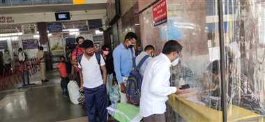 रेेलवे स्टेशन में एंटीजन किट खत्म यात्रियों का नाम लिखकर खानापूर्ति