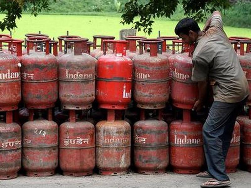 LPG Cylinder भरवाते समय इन बातों का रखें ध्यान, गड़बड़ी मिलने पर इस नंबर पर करें शिकायत