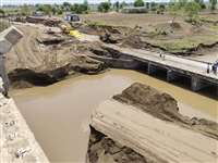 सीप नदी पर बना रपटा टूटा, मुसाफिरों को लगाना होगा 30 मिली का चक्कर