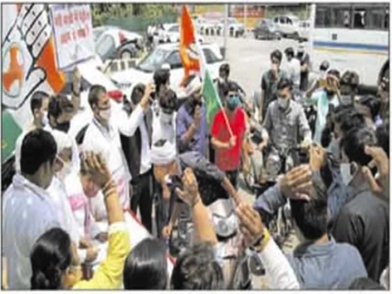 Gwalior Political News: डीजल पेट्रोल की कीमतों की वृदि्ध पर युवक कांग्रेस का चेतकपुरी चौराहे पर हल्ला बोल