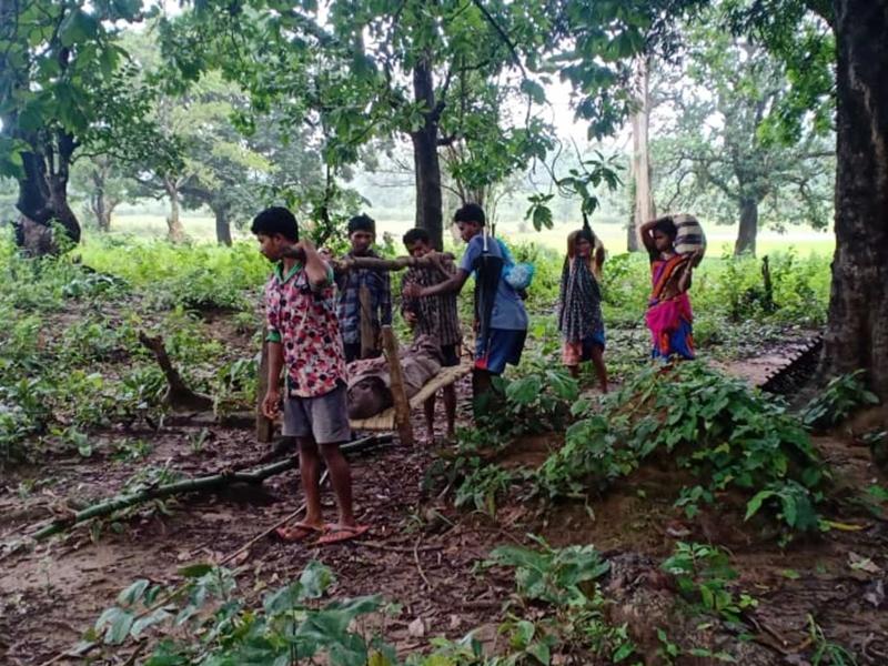 Dead Bodies On Shoulders: नक्सलियों ने काटी सड़क, शव कंधे पर ढोने को मजबूर हुए ग्रामीण