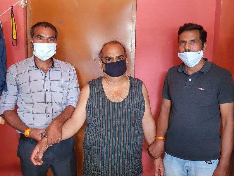 नीमच के दारु गांव में पटवारी 10 हजार रुपये की रिश्वत लेते हुए पकड़ में आया
