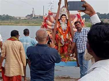 विसर्जन यात्रा निकाल नम आंखों से दी मां दुर्गे को विदाई