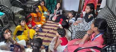 देवी स्वरूपा कन्याओं ने ग्रहण की प्रसादी
