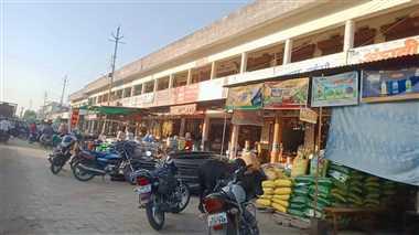 व्यापारियों का सामान सड़कों पर, वाहन भी घेर रहे रास्ता