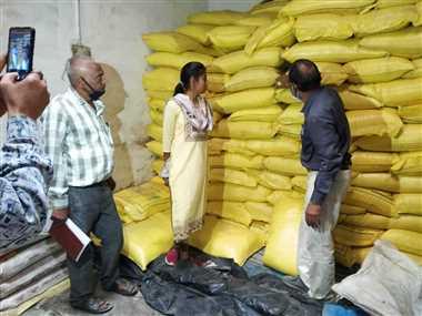 जांच दल ने किया खाद गोदामों का निरीक्षण