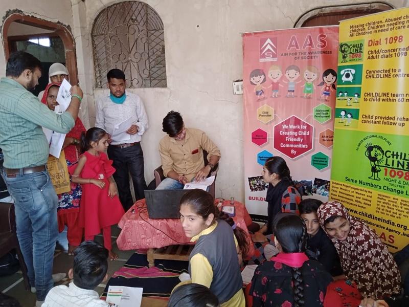 Child Helpline Indore: चाइल्डलाइन की टीम ने माचल गांव में बच्चों को स्कूल पहुंचाने का किया प्रयास