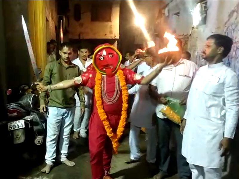 Navratri Tradition in Khargone: हाथ में जलता हुआ खप्पर और तलवार लेकर निकली मां अंबे