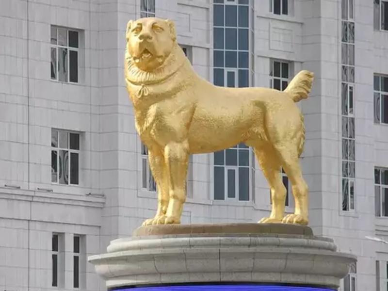 तुर्कमेनिस्तान के राष्ट्रपति ने अपने कुत्ते की 20 फीट ऊंची सोने की मूर्ति लगवाई