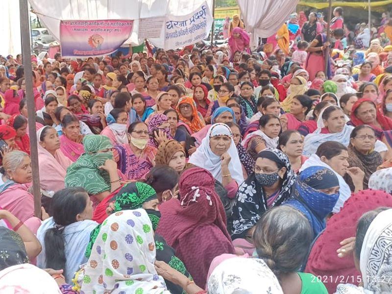खंडवा में सहकारी कर्मचारियों के साथ आंगनबाड़ी कार्यकर्ता भी धरने पर
