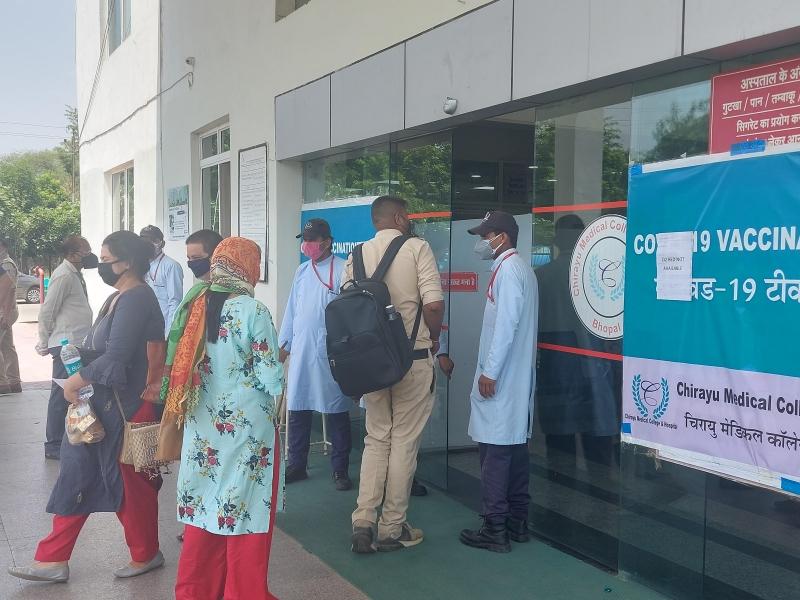 Coronavirus Bhopal News: भोपाल में बदतर हालात, अस्पताल में भर्ती कोराना संक्रमितों की हालत जानने के लिए भी तरस रहे स्वजन